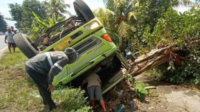 Jalan Ambles, Truk Muatan HCL Terguling di Balongbendo, Sidoarjo