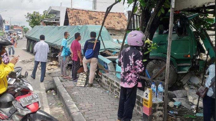 Sopir Ngantuk, Truk Trailer Tabrak Rumah Terapi Mata dan 2 Becak di Tuban
