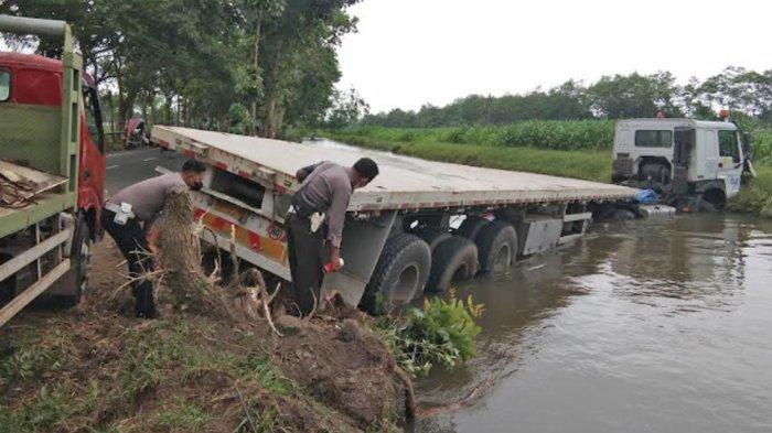 Truk Trailer Tercebur Sungai di Lumajang, 1 Orang Tewas, Polisi Sebut Gara-Gara Pengendara Motor