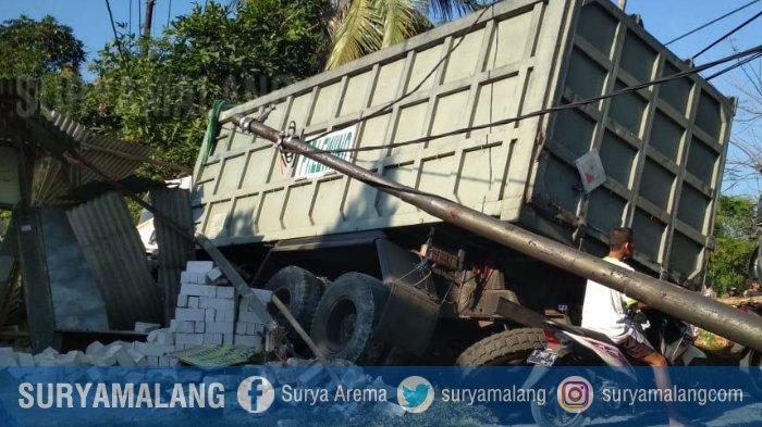 Diduga Rem Blong, Truk Tronton Seruduk 3 Kendaraan dan Kios di Tuban, Lalu Sopirnya Kabur