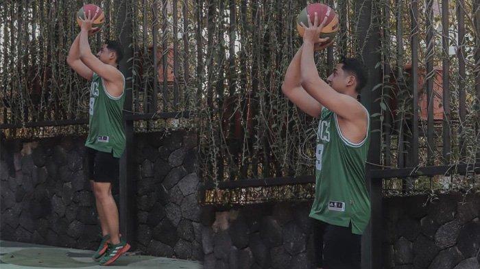 Tubuh atletis Arya Saloka unjuk kebolehan main basket di postingan Instagram Rabu 28 Juli 2021