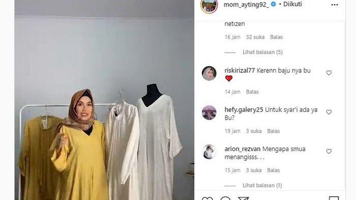 Umi Kalsum semangat tawarkan baju jualan Ayu Ting Ting. (Tangkap layar Instagram @mom_ayting92_)