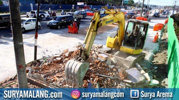 GALERI FOTO - Perobohan Bangunan demi Pelebaran Jalan di Selatan Underpass Karanglo, Malang