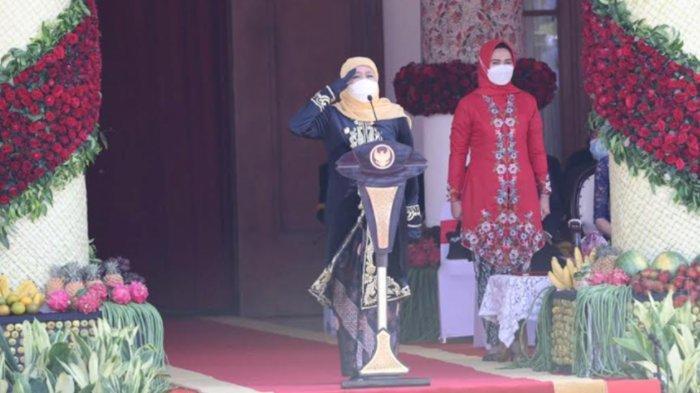 Gubernur Khofifah Kenakan Pakaian Majapahitan saat Upacara HUT Jatim ke-76