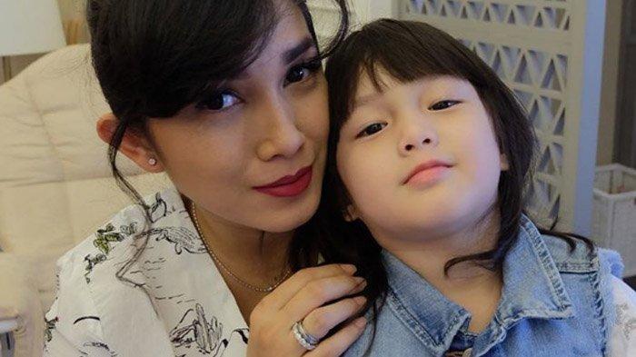 Tas Ussy Sulistiawaty Saat Jemput Anak Sekolah Sekilas Biasa Saja, Tapi Harganya Bikin Geleng Kepala