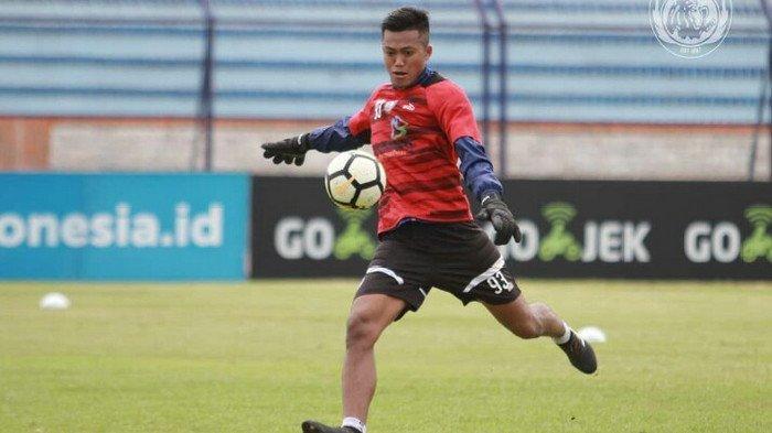 Utam Rusdiana saat latihan di Stadion Surajaya Lamongan, Kamis (15/11/2018).
