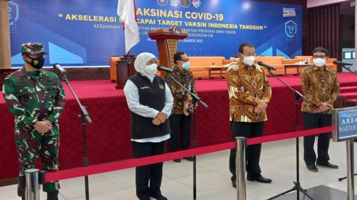 Tinjau Vaksinasi Di Universitas Brawijaya, Gubernur Ajak Nakes Menyanyi Lagu Padamu Negeri