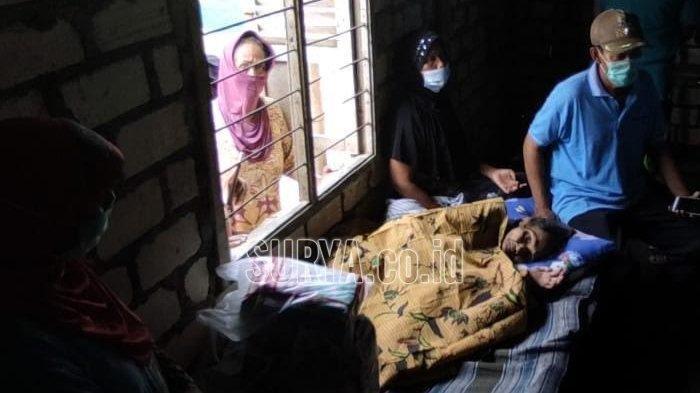 Muntiah (80) nenek renta hidup sebatang kara di Desa Pangkarejo Kecamatan Sugio Lamongan Jawa Timur