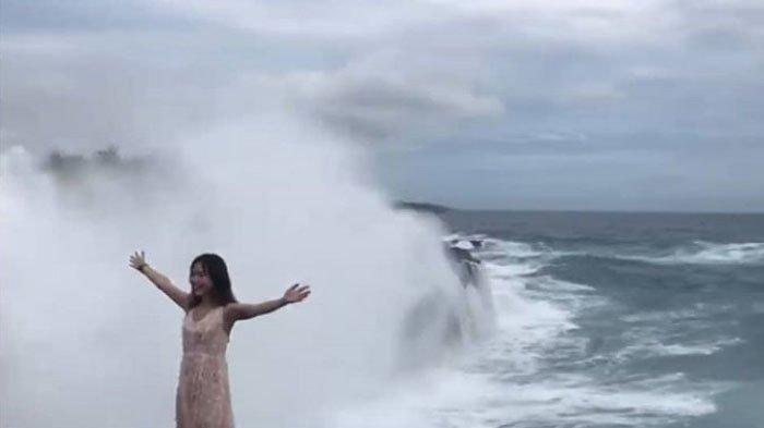 Video Viral Detik-detik Turis Wanita Terhempas Ombak di Bali