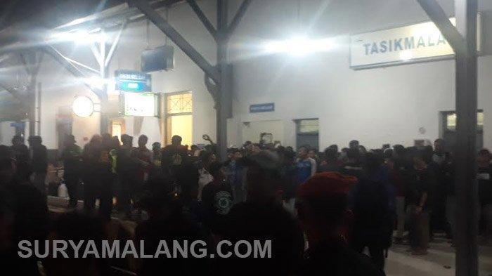 Viking dan Bobotoh Sambut Ratusan Bonek di Stasiun Tasikmalaya, Jawa Barat