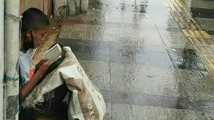 Kisah Hidup Akbar Pemulung yang Viral saat Baca Al Quran di Emperan, Hilangkan Lapar dengan Mengaji
