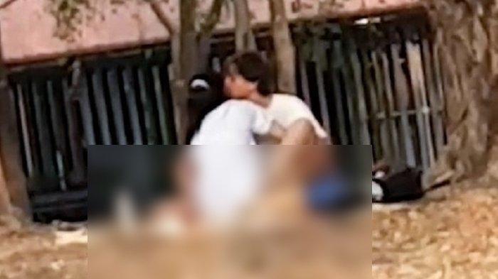 Potongan video yang direkam salah satu pengguna taman di Bangkok, Thailand, memerlihatkan sejoli tengah berhubungan seks. Padaha, suasana taman itu tengah ramai. Aksi keduanya dilaporkan menyebabkan keluarga yang berada di taman tidak nyaman.