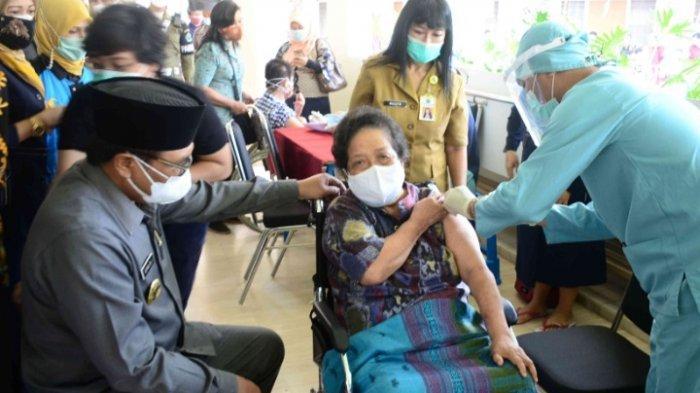 Wakil Wali Kota Malang, Sofyan Edi Jarwoko meninjau pelaksanaan Vaksin pada penyandang disabilitas yang akan divaksin Covid-19 Sinophram di Yayasan Bhakti Luhur, Kota Malang, Senin (30/8/2021).