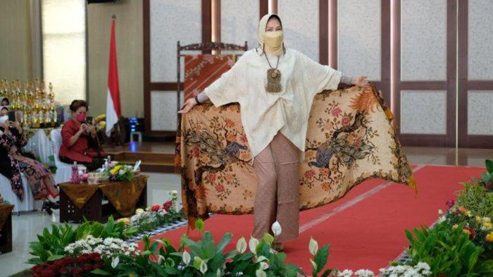 Wali Kota Batu Dewanti Rumpoko Tampil Bak Model di Catwalk Perayaan Hari Batik Nasional 2021