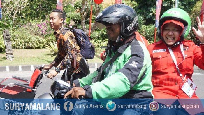 Wali Kota Surabaya, Risma Naik Ojek Online Saat Hadir ke Lokasi Kongres V PDI Perjuangan di Denpasar