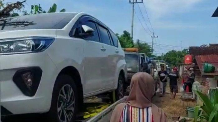 Warga Desa Sumurgeneng, Tuban, ramai-ramai beli ratusan unit mobil.
