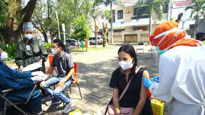 Ciptakan Suasana Baru, Warga Kota Malang Jalani Vaksinasi Covid-19 di Taman Slamet