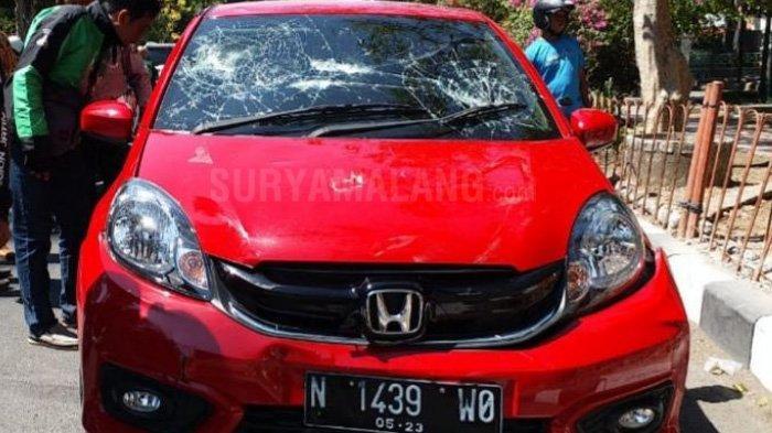 BREAKING NEWS – Warga Rusak Mobil Brio yang Diduga Terlibat Tabrak Lari di Sidoarjo