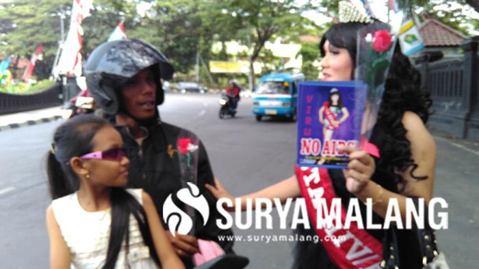 Berdandan Laiknya Putri Kecantikan Dua Waria Malang Bagi Bagi Kondom Di Jalan Surya Malang