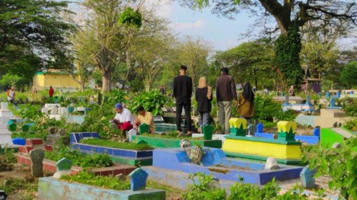 Jelang Lebaran 2021, Pemakaman Muharto di Malang Ramai Dikunjungi Warga untuk Nyekar