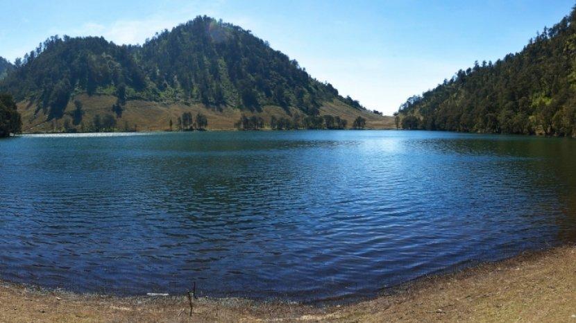 danau-di-lereng-gunung-semeru-aturan-mendaki-gunung-semeru-demi-keselamatan-pendaki-dan-lingkungan.jpg