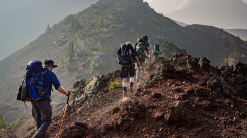 ilustrasi-pendaki-info-pendakian-gunung-semeru-2021-cara-daftar-biaya-sampai-kuota-per-hari.jpg