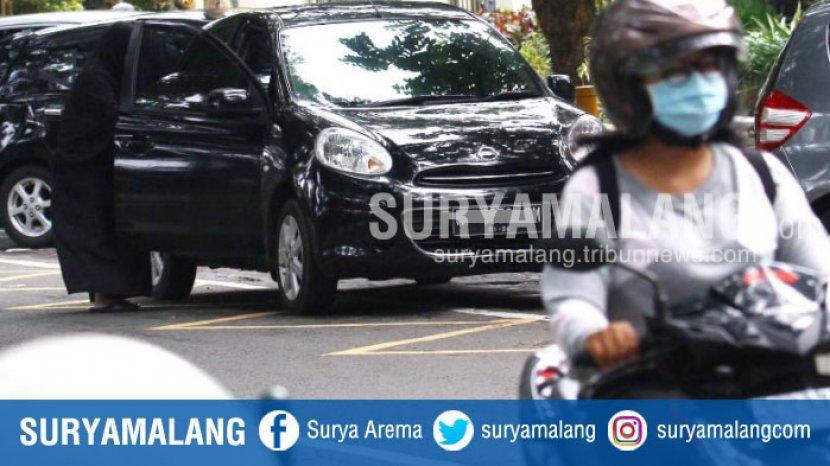 pengemudi-mobil-memarkir-kendaraannya-tidak-sesuai-aturan-di-jalan-bandung-kota-malang.jpg