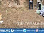 2-perempuan-bersimpuh-di-atas-makam-terduga-teroris-di-sidoarjo_20180521_161829.jpg