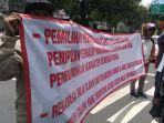 aksi-demo-protes-seleksi-perangkat-desa-di-kabupaten-kediri.jpg