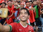 aksi-pemain-timnas-indonesia-ezra-walian-berswafoto-di-hadapan-suporter-di-sea-games-2017_20170825_134619.jpg