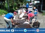 aktivitas-perbaikan-jalan-yang-rusak-di-kota-batu-rabu-2122018_20180221_150021.jpg