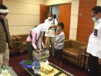 aldi-bocah-kelas-4-sd-asal-kabupaten-subang-jawa-barat-berjualan-cilok-di-gedung-dpr-ri.jpg
