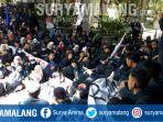 aliansi-mahasiswa-ub-di-depan-rektorat-menunggu-ditemui-rektor-universitas-brawijaya_20180502_112728.jpg