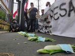 aliansi-rayat-tertindas-art-mengikat-sayuran-dengan-masker-dalam-demonstrasi-di-kota-malang.jpg