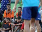 anak-anak-ssb-menyaksikan-latihan-arema-fc-di-lapangan-kodim-serui-1709yawa_20170927_235817.jpg