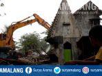 anak-melihat-alat-berat-menghancurkan-bangunan-liar-di-jalan-barata-jaya-surabaya_20180920_142355.jpg