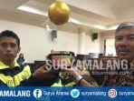 arda-dan-tim-sdn-panggungrejo-4-kota-malang-saat-menerima-piala-dan-piagam-juara-dan-top-scorer_20180114_163707.jpg