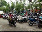 area-parkir-halaman-depan-pasar-srimangunan-jalan-kh-wahid-hasyim-sampang.jpg