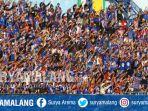 aremania-mendukung-arema-fc-vs-ps-tira-di-stadion-kanjuruhan-kabupaten-malang_20180715_171541.jpg