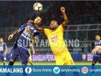 arthur-cunha-bek-arema-fc-berebut-bola-dengan-hilton-moriera-striker-sriwijaya-fc_20170708_162902.jpg