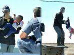 ayah-lempar-bayinya-dari-atap-rumah-saat-terjadi-demonstras.jpg