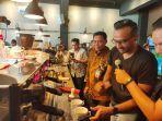 azka-subhan-a-baju-batik-saat-membuat-segelas-kopi-di-amstirdam-coffee.jpg