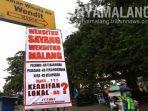 baliho-protes-dipasang-forum-peduli-masyarakat-mangliawan-fpmm-di-depan-taman-wisata-wendit.jpg
