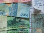 barang-bukti-uang-penipuan-preman-di-terminal-purabaya_20181026_102950.jpg