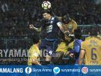 bek-arema-fc-arthur-cunha-dan-striker-persib-ezechiel-ndouasel-di-stadion-kanjuruhan_20170812_212115.jpg