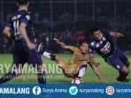 bek-arema-fc-junda-irawan-dan-striker-persib-bandung-tantan-di-stadion-kanjuruhan_20170812_212813.jpg
