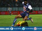 berebut-bola-striker-arema-fc-rivaldi-bawuo_20180522_221017.jpg