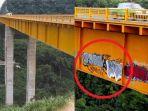 berita-pembuatan-grafiti-di-atas-jembatan-tertinggi-dunia_20170409_162213.jpg
