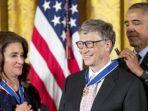 bill-gates-dan-melinda-saat-menerima-penghargaan-medal-of-freedom-dari-presiden-obama_20161124_113418.jpg