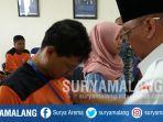 bupati-rendra-kresna-menyematkan-tanda-peserta-pelatihan-pmi-kabupaten-malang_20180301_165213.jpg